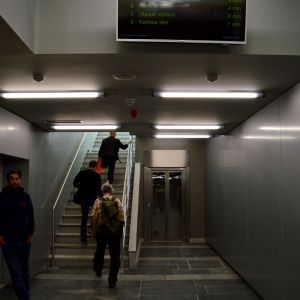Výťah (jediný) vedúci na zastávku električiek. Ostatné zastávky sú obslúžené eskalátormi.