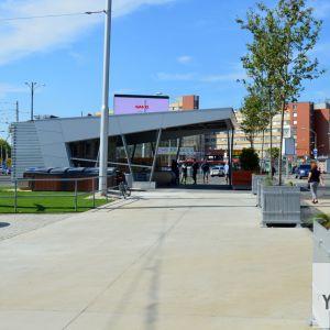 Vchod Istropolis, pohľad z novej servisnej cesty. V blízkej budúcnosti majú ešte zaniknúť stánky pri zastávke MHD.
