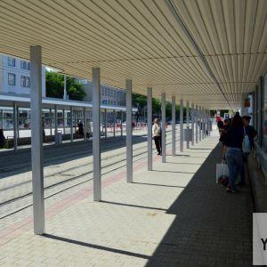 Zastávky električiek prešli len malými zmenami - vymenili sa podhľady a pribudla zábrana brániaca prechodu z autobusovej zastávky. Zábrana sa zachováva.
