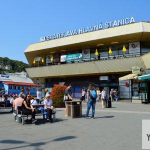 Hlavná stanica - súčasný stav. Okolie stanice (Námestie Franza Liszta) prešlo v roku 2015 čiastočnou revitalizáciou v réžii Bratislava - hlavné mesto SR.