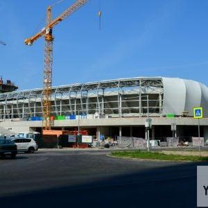 Štadión nepôsobí nijako výnimočne, čo však nie je dané snahou o minimalizmus, ale nudou.