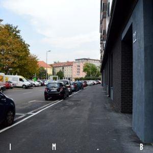 Kvôli nutnosti doplniť parkovanie je chodník pred objektom obparkovaný