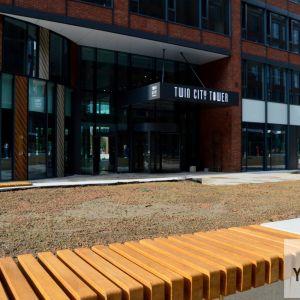 Pasáž vnútri areálu Twin City, definitívne zelené úpravy sa budú realizovať až na jeseň