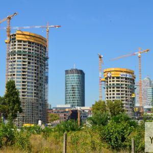Rezidenčné veže v SkyParku, v strede sa vyníma blízky projekt Twin City Tower.