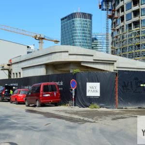 Od Čulenovej je už dokončená hrubý stavba obchodného pavilónu.