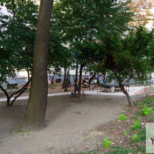 Pohľad na park od Škarniclovej ulice. Ako bariéra pred hlukom bude v vysadený živý plot