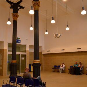 V rámci obnovy boli reštaurované pôvodné liatinové stĺpy, čo je pozitívne. Z čakárne sa však nedá prejsť priamo na nástupište, dvere sú zablokované.