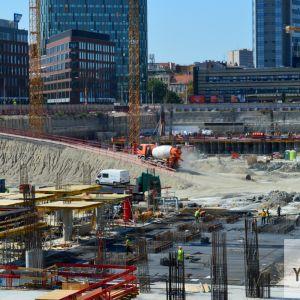 Na stavbe sú vyše dve stovky robotníkov.