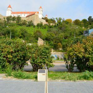 Obnovený Mikovíniho míľnik (Bratislavský poludník). Pôvodne z neho chýbali časti, pravdepodobne boli rozkradnuté
