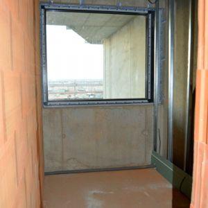 Kúpeľňa v jednom z bytov - sprchovací kút s výhľadom na metropolu