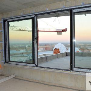Výhľad z obývačky v jednom z bytov a terasa