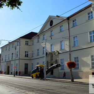 Pôvodný kláštor alžbetínok bol narušený počas Druhej svetovej vojny. V roku 1963 bol vyhlásený za NKP., spoločne s kostolom.