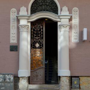 Vchod do Štúrovej - v čase vzniku domu najmodernejšej triedy mesta, vedúcej k jedinému mostu cez Dunaj, ktorého výstavba priniesla lokalite masívny rozvoj.