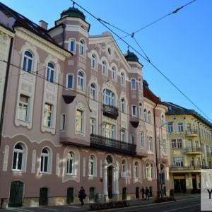 Dom krásne doplní sériu secesných pamiatok v okolí, najmä na Šafárikovom námestí či na Grösslingovej, ale aj na Štúrovej - napríklad naproti stojaci hotel Roset (nikdajší Tulip alebo Tulipán)