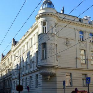 Veľmi vydarená obnova eklektického domu na Sládkovičovej 1 (s jednou z fasád obrátenou do Palisád), ktorý vznikol ako nájomný dom po roku 1895. Za NKP bol vyhlásený v roku 1980.