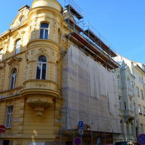 Lešenie sa objavilo na eklektickom nájomnom dome z roku 1900 na Sládkovičovej ulici č. 7. Dom sa stal NKP v roku 1980.