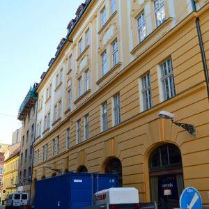 Na Nedbalovej ulici sa ukončuje obnova fasády mohutného novobarokového nájomného domu z roku 1893. Rekonštrukcia prebieha na tri fázy, najprv bola zrevitalizovaná časť fasády od Klobučníckej, potom fasáda od Nedbalovej. Poslednou fázou bude fasáda na Klob