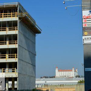 Priehľad na Hrad. Holá stena vyzýva k tomu, aby tu raz vznikla ďalšia budova podobnej mierky ako Einpark Offices