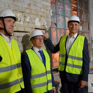 Rekonštrukciu oficiálne odštartovali symbolickým vložením troch tehál (zľava) riaditeľ YIT Slovakia Milan Murcko, starosta mestskej časti Ružinov Dušan Pekár a primátor Hlavného mesta SR Bratislava Ivo Nesrovnal.