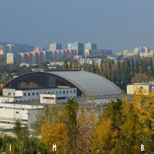 Výhľad smerom na Dúbravku, v popredí zimný štadión