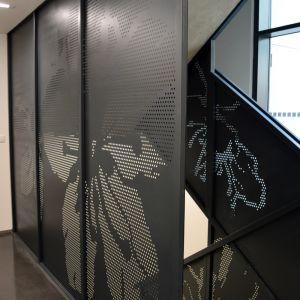 Motív čerešní sa objavuje v spoločných priestoroch budovy