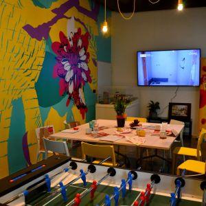 Spoločenská miestnosť so stolným futbalom či televíziou na spoločné sledovanie športových prenosov