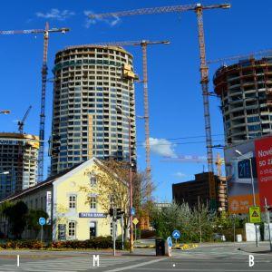 Jeden z najvýraznejších pohľadom na Sky Park sa ponúka z vyústenia Továrenskej na Karadžičovu