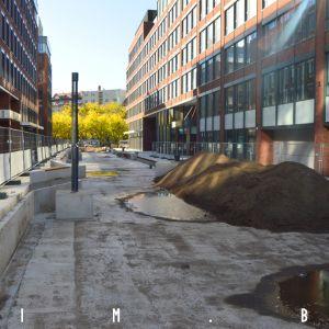 Budúca pasáž medzi Twin City Tower a Twin City, spúšťajú sa sadové úpravy