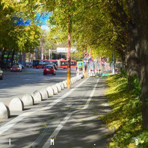 Nová cyklotrasa popri Karadžičovej, na mieste, kde sa predtým parkovalo