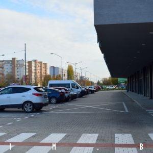 Priestor pred obchodnými prevádzkami je využitý ako parkovisko
