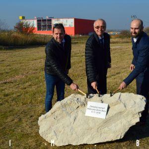Oficiálne poklepanie základného kameňa, zľava Lukáš Baňacký, zástupca starostu m.č. Lamač, Peter Šramko, starosta m.č. Bratislava - Lamač, a Juraj Nevolník z Penta Real Estate