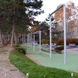 Workoutové ihrisko a kontrast medzi novým a starým trávnikom