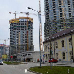 Továrenská ulica s priehľadom ku Nivy Tower