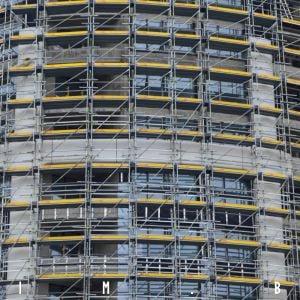 Na veži postupne pribúda fasáda