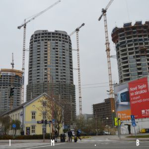 Celkový pohľad na Sky Park z vyústenia Továrenskej do Karadžičovej