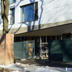 Pohľad na vstup do budovy, architektonicky najzaujímavejší prvok
