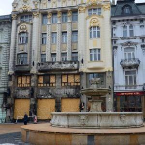 Hlavné námestie, kde sa obnovuje Maximiliánova fontána a čoskoro prebehne aj obnova budovy Kooperativy