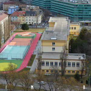 Pri škole na Novohradskej ulici nedávno pribudlo skvelé športové ihrisko, a to vďaka aktívnym rodičom a absolventom
