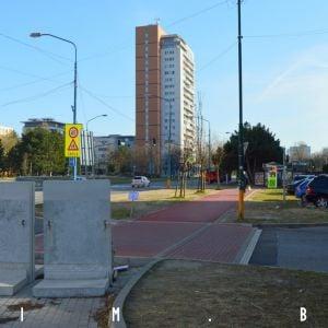 Na Námestí hraničiarov sú ešte nedorobky, napríklad tieto betónové zábrany