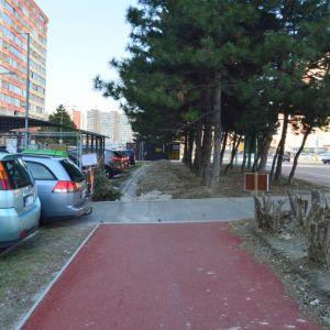 Ďalším problémom je stánok PNS blokujúci časť cyklotrasy