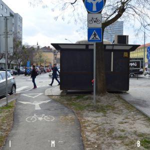 Výjazd z cyklotrasy na severnej strane ulice blokuje ilegálny stánok. Fotené 4.4.2019