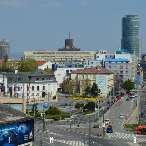 Hodžovo námestie, v diaľke výškové budovy NBS a Première