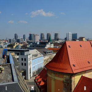 Celkový pohľad na strešnú krajinu a nové centrum mesta