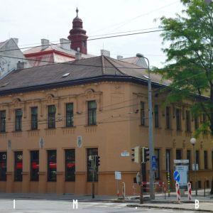 Dom na nároží Sasinkovej a Odborárskeho námestia