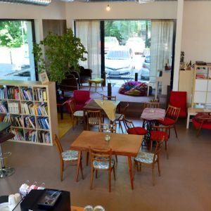 Lokálna kaviareň je prevádzkovaná priamo obyvateľkou domu