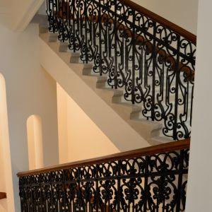 Kováčske, stolárske aj klampiarske prvky boli zachované. Na schodisku možno vidno prechod medzi zdobnejšou časťou s obdobia monarchie a jednoduchšou s medzivojnového obdobia