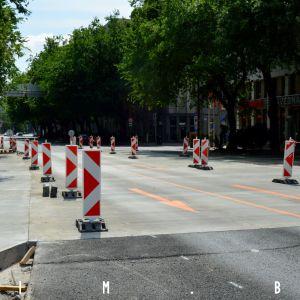 Rekonštrukcia križovatky Mlynské nivy - Karadžičova. Pozitívom je využitie cementobetónového povrchu