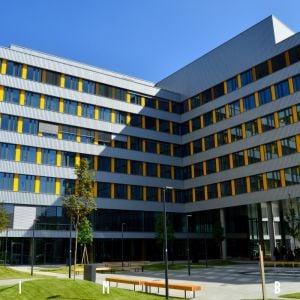 Námestie vnútri administratívneho komplexu