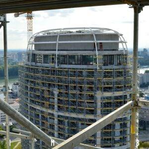 Strešná konštrukcia sa už realizuje aj na druhej z veží