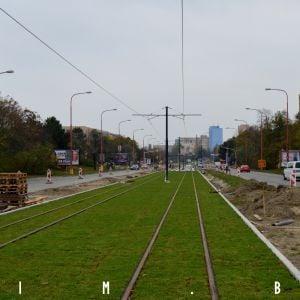 Prvá etapa modernizácie električkovej trate v Karlovej Vsi sa kolauduje, dokončená však nie je